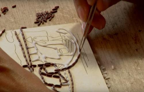 Vẽ phác thảo lên ván gỗ để làm tranh gạo