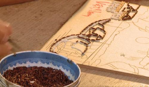Xếp gạo theo các đường nét đã vẽ trước đó