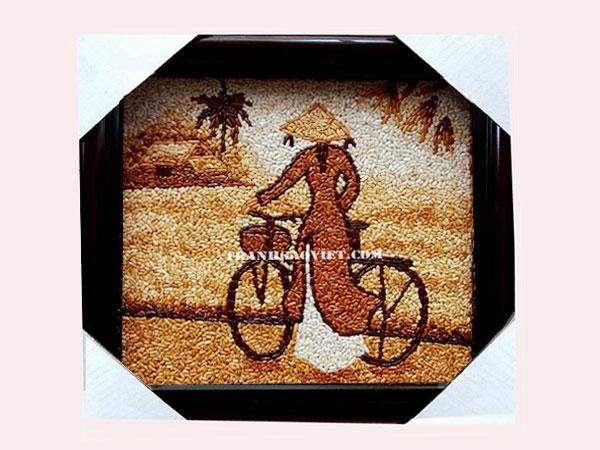 Tranh gạo phong cảnhThiếu nữ dắt xe đạp